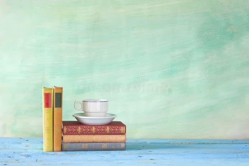 Libros con la taza de café, fotografía de archivo libre de regalías