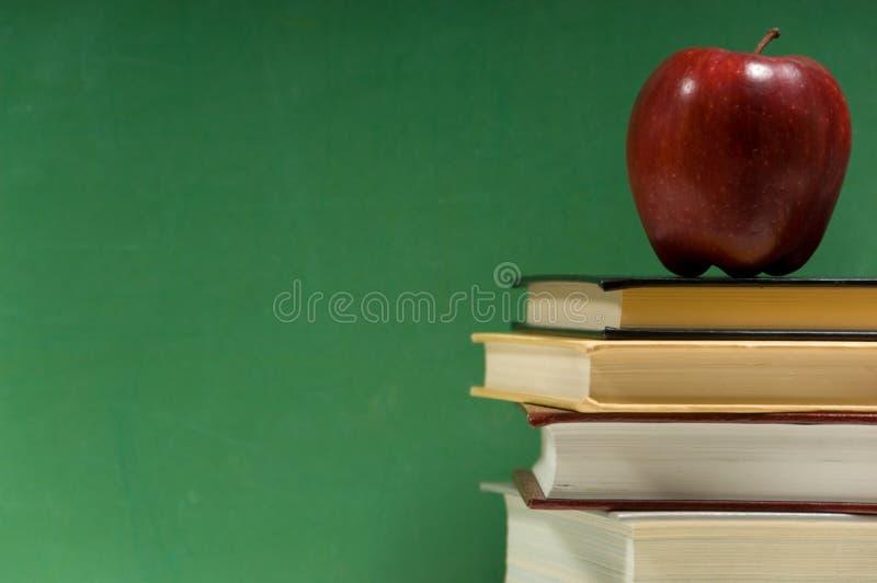 Libros de escuela en verde imagen de archivo