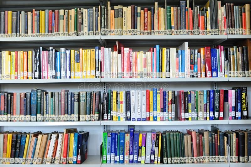 Libros de la física en biblioteca imagen de archivo libre de regalías