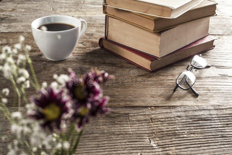 Libros de lectura con el fondo de madera del café fotografía de archivo
