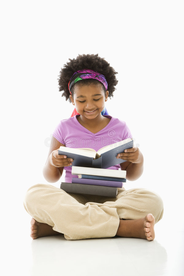 Libros de lectura de la muchacha. imagen de archivo libre de regalías
