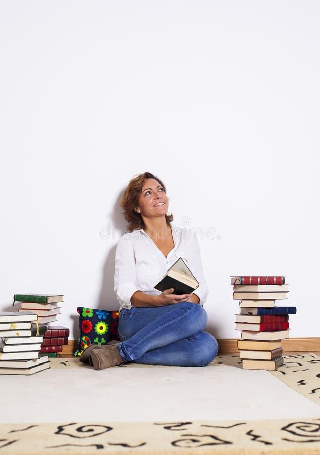 Libros de lectura de la mujer imagen de archivo