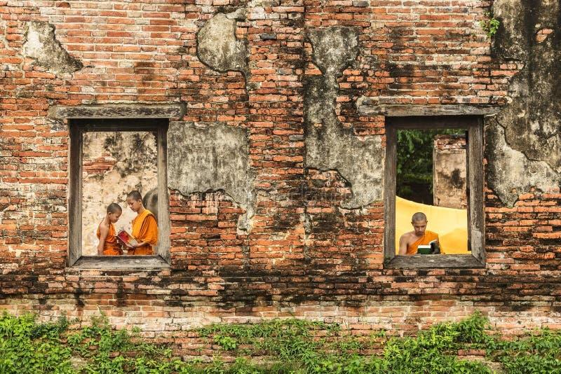 Libros de lectura del monje del novato en ruinas imagen de archivo libre de regalías