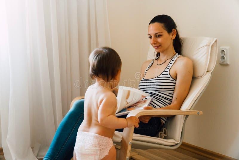 Libros de lectura de la madre y del niño en casa Tiempo de enlace de la calidad junto fotografía de archivo libre de regalías