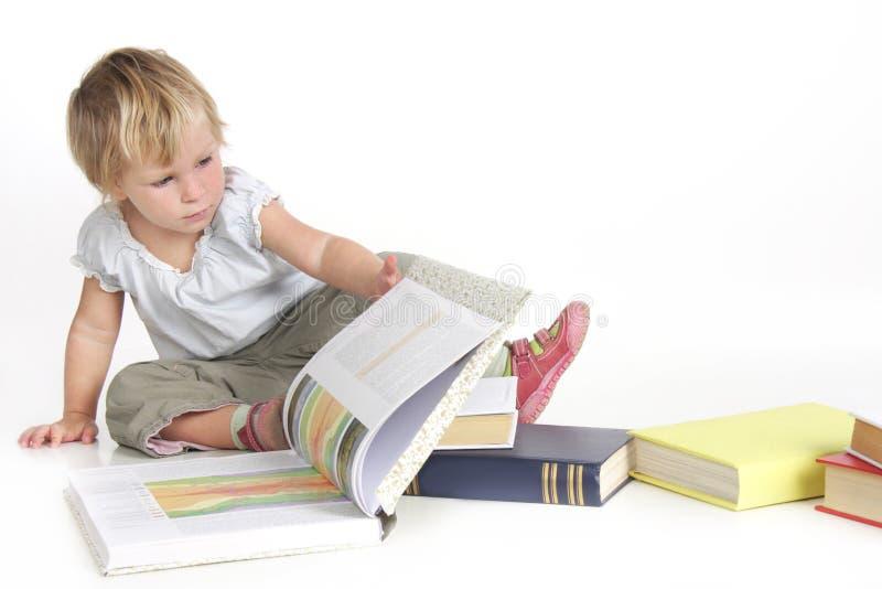 Libros de lectura lindos de la muchacha imagen de archivo