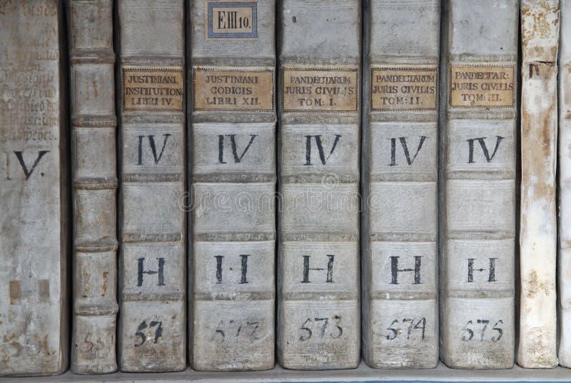 Libros de ley antiguos fotos de archivo