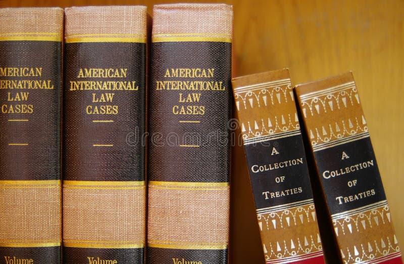 Libros de ley en una fila fotos de archivo