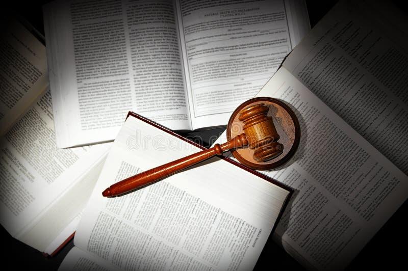 Libros de ley y mazo foto de archivo