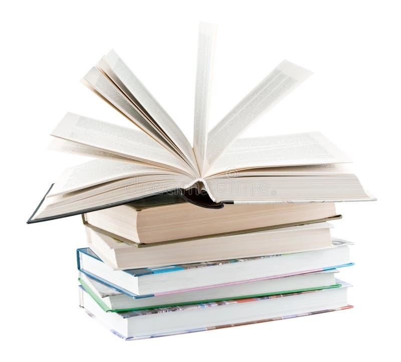 Libros de textos y un libro de textos abierto imagenes de archivo