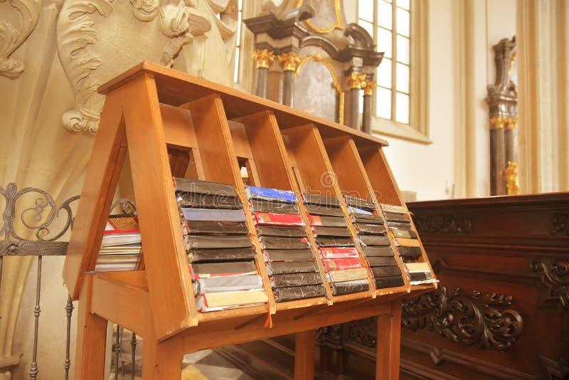 Libros del himno para los rezos en iglesia Las biblias y los himnarios fotografía de archivo libre de regalías