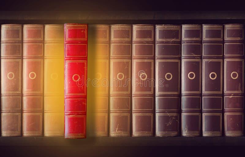 Libros del vintage en estante para libros imagenes de archivo