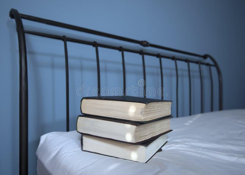 Libros en cama fotografía de archivo libre de regalías