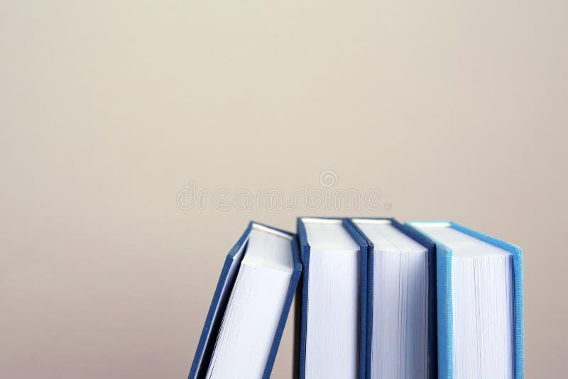 Libros en fila en fondo imagenes de archivo