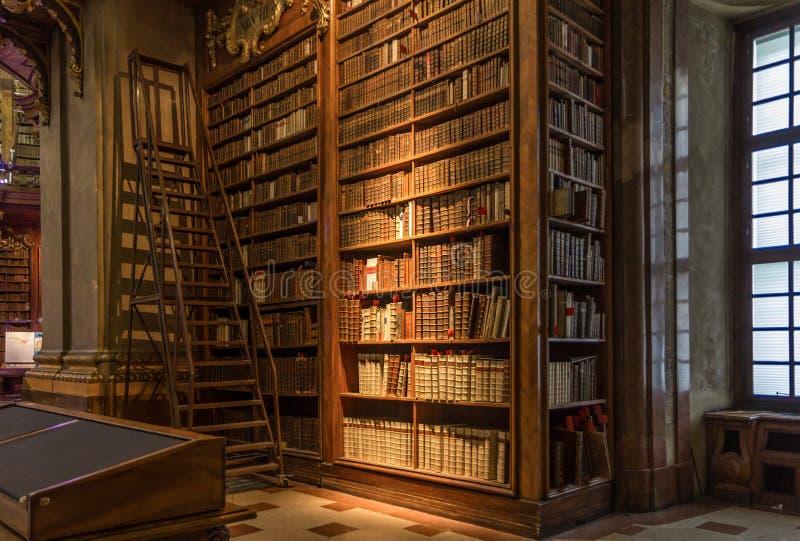 Libros en la biblioteca estatal de Viena imagen de archivo
