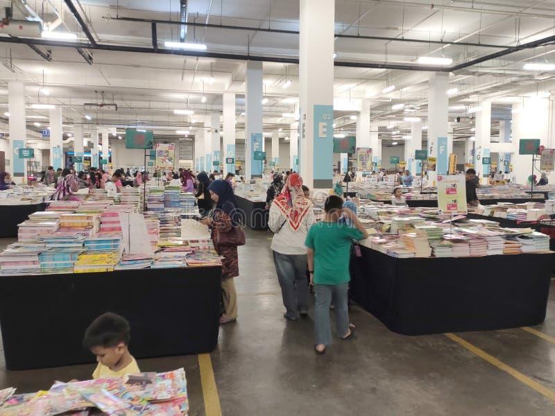 Libros en la tabla en venta en el almacén enorme imagen de archivo libre de regalías
