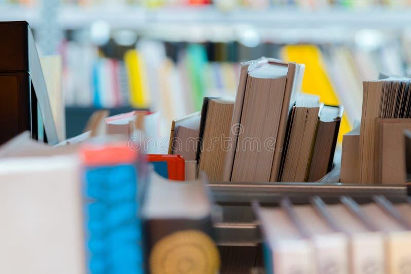Libros en un estante de librer?a en la biblioteca Selecci?n de literatura, prepar?ndose para los ex?menes foto de archivo