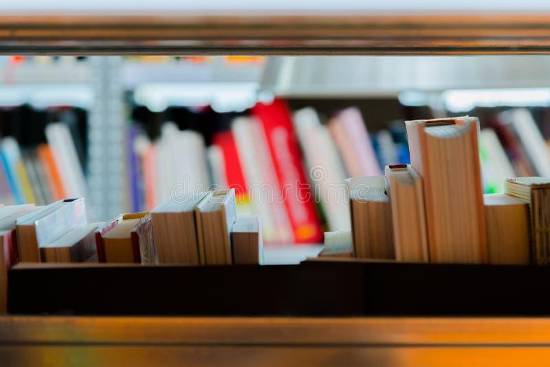 Libros en un estante de librer?a en la biblioteca Selecci?n de literatura, prepar?ndose para los ex?menes imágenes de archivo libres de regalías
