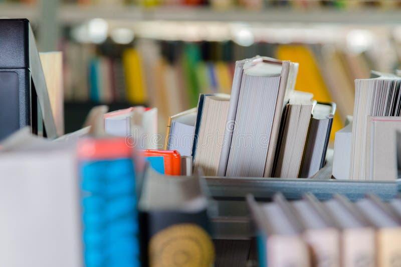 Libros en un estante de librer?a en la biblioteca Selecci?n de literatura, prepar?ndose para los ex?menes imagen de archivo libre de regalías