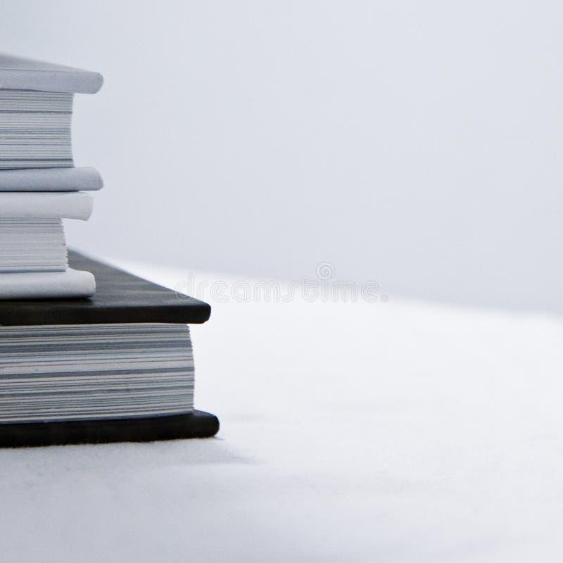 Libros en un fondo blanco imagen de archivo