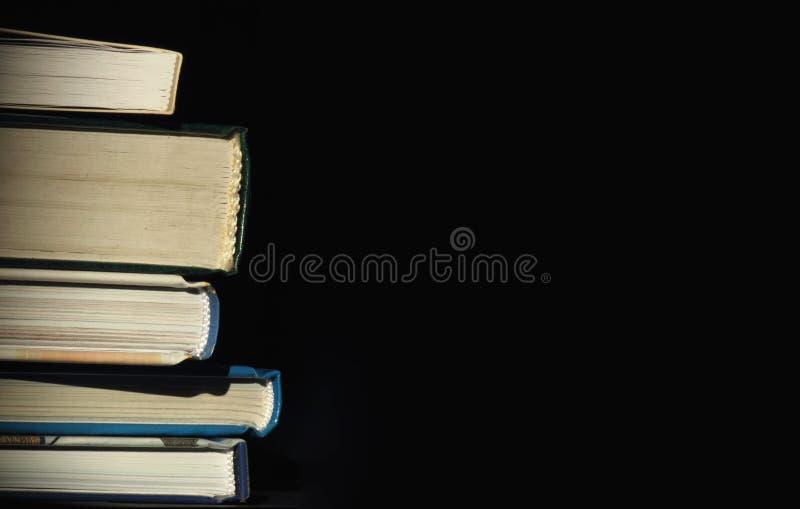 Libros en un fondo oscuro fotografía de archivo libre de regalías