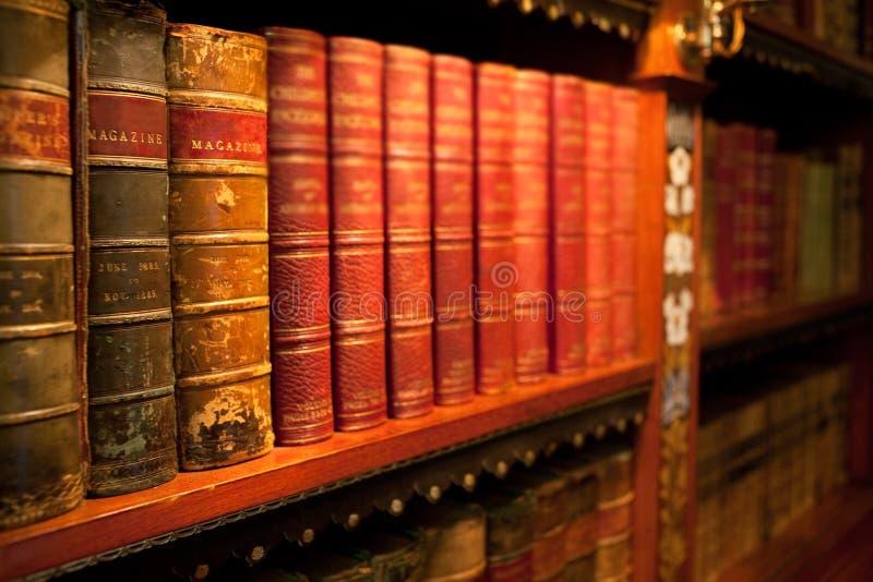 Libros encuadernados del viejo leater imagen de archivo libre de regalías