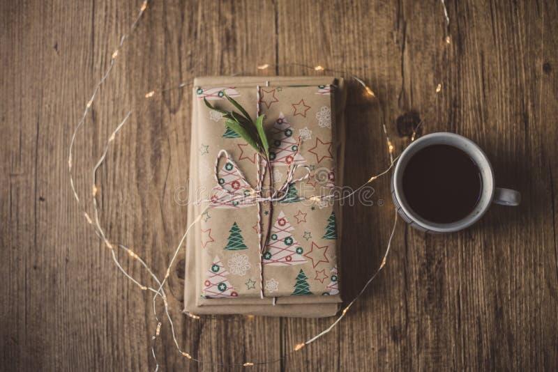 Libros envueltos en una tabla y luces de la Navidad foto de archivo
