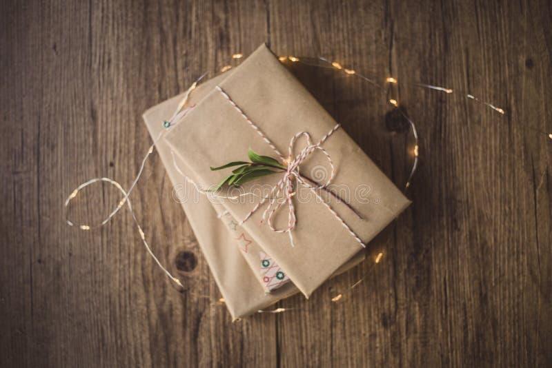 Libros envueltos en una tabla y luces de la Navidad imagenes de archivo