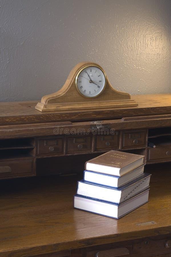 Libros, escritorio, reloj de la capa imágenes de archivo libres de regalías