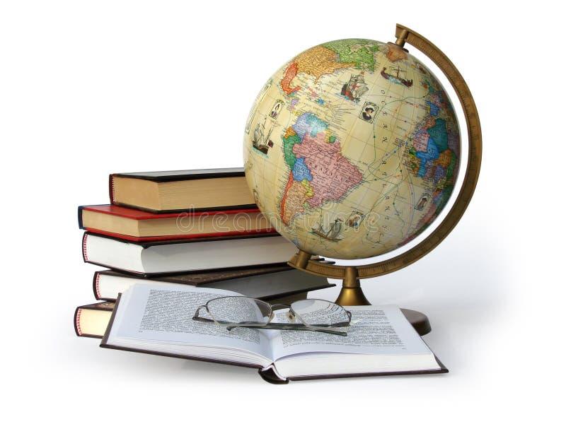 Libros globo y vidrios imagen de archivo