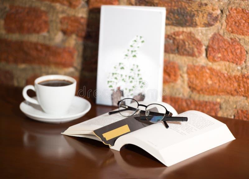 Libros, lápices, vidrios y café imágenes de archivo libres de regalías