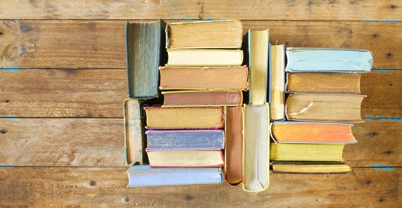Libros multicolores, endecha plana, en fondo de madera, lectura, educación, literatura, aprendiendo fotografía de archivo libre de regalías