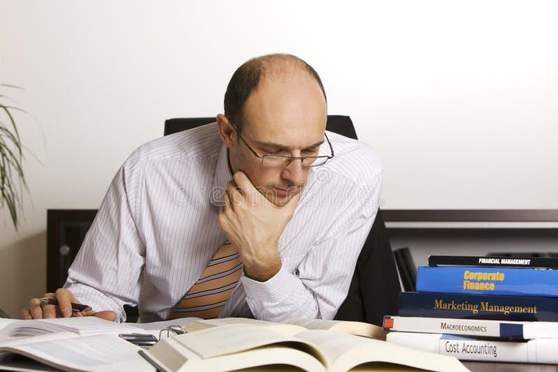 Libros que estudian profesionales masculinos foto de archivo