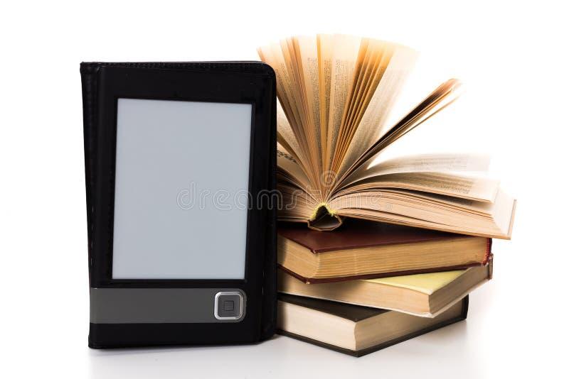 Libros retros y ebook moderno fotografía de archivo libre de regalías