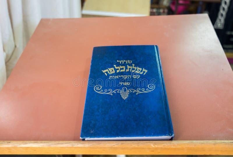 Libros sagrados judíos en la sinagoga de Hazon David en Kiryat Arba fotografía de archivo
