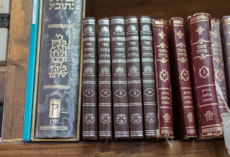 Libros sagrados judíos en la sinagoga de Hazon David en Kiryat Arba imagenes de archivo