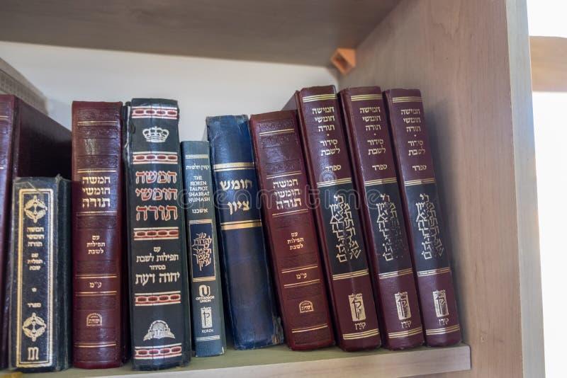 Libros sagrados judíos en la sinagoga de Hazon David en Kiryat Arba fotografía de archivo libre de regalías