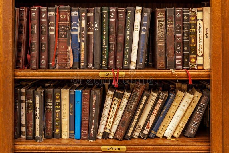 Libros sagrados judíos en sinagoga imagen de archivo libre de regalías