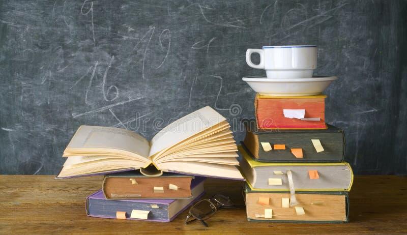 Libros, taza de café, pizarra imágenes de archivo libres de regalías