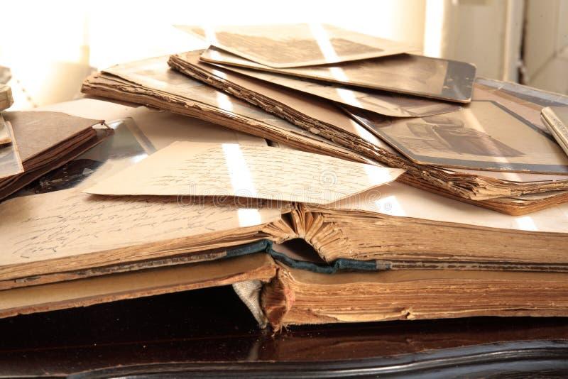 Libros viejos, álbumes y fotos foto de archivo