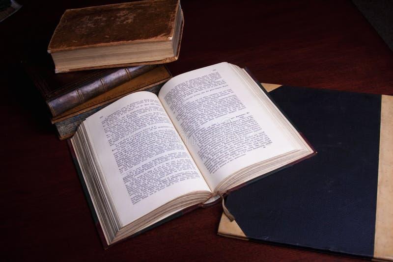 Libros viejos antiguos foto de archivo libre de regalías