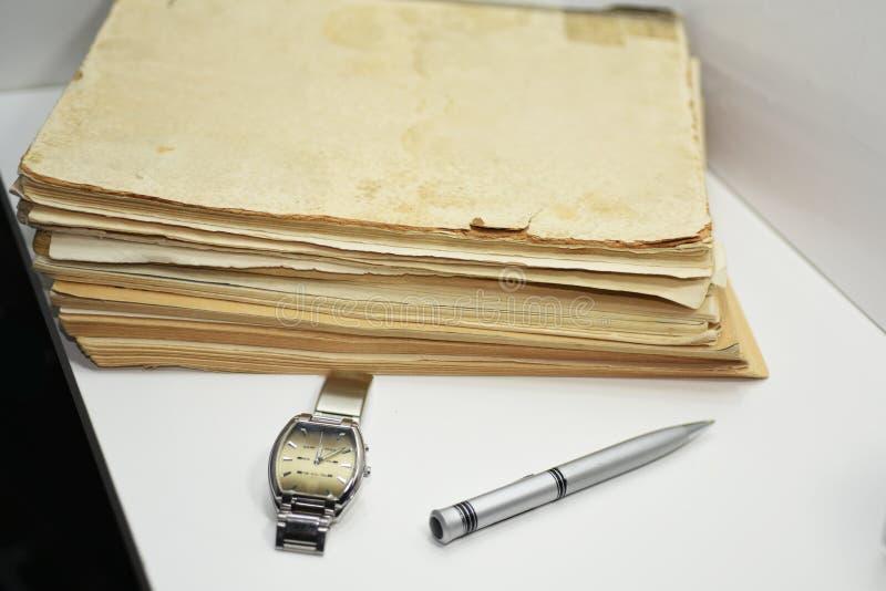 Libros viejos con la pluma Documentos aislados fotos de archivo libres de regalías