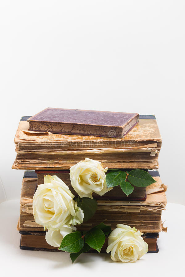Libros viejos con las flores imagenes de archivo