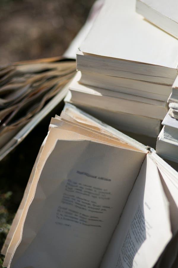 Libros viejos del vintage en el fondo borroso, lugar para el texto imagen de archivo