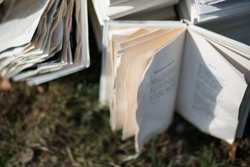 Libros viejos del vintage en el fondo borroso, lugar para el texto imágenes de archivo libres de regalías