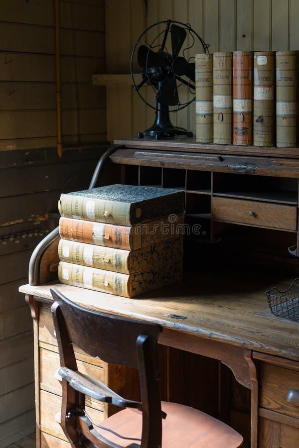 Libros viejos en los estantes imagen de archivo