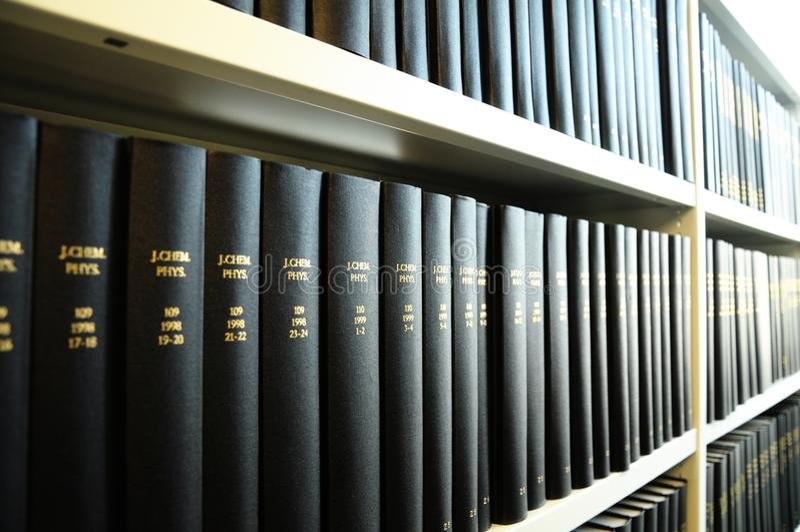 Libros viejos en una biblioteca fotos de archivo