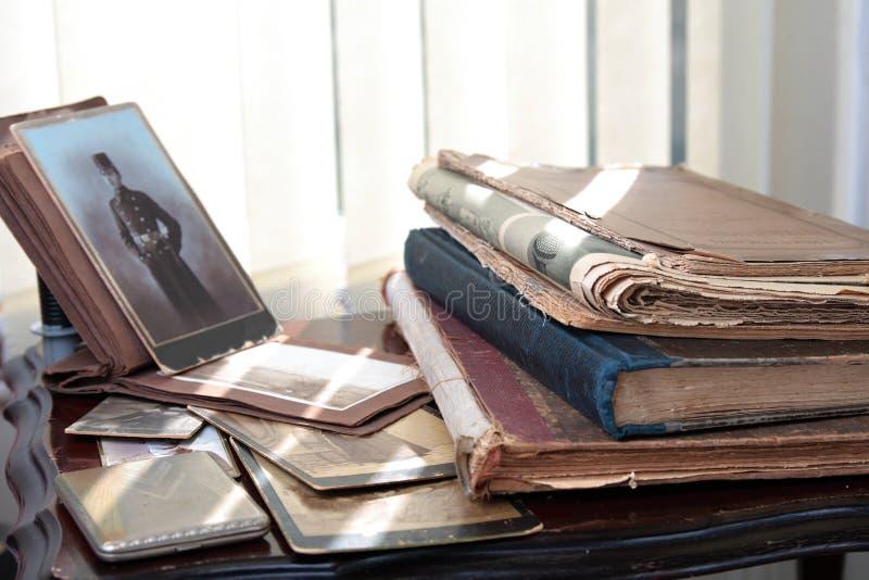 Libros viejos, periódicos y fotos; imagen de archivo libre de regalías