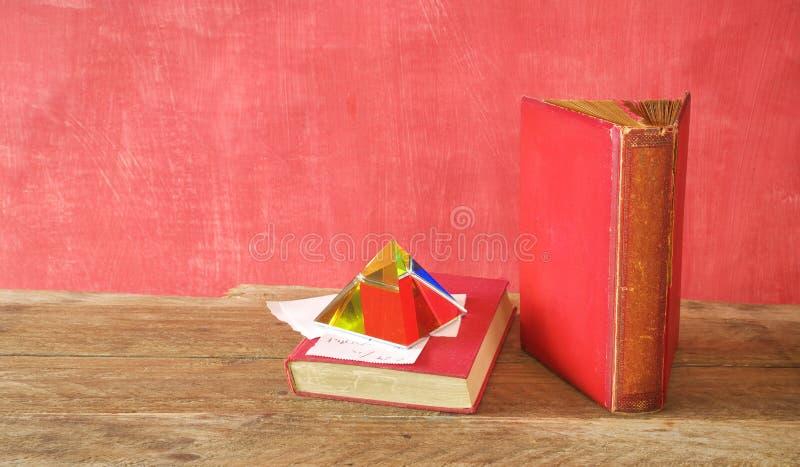 Libros viejos, un pisapapeles y notas Leyendo, aprendiendo, educaci?n, concepto de la literatura foto de archivo libre de regalías