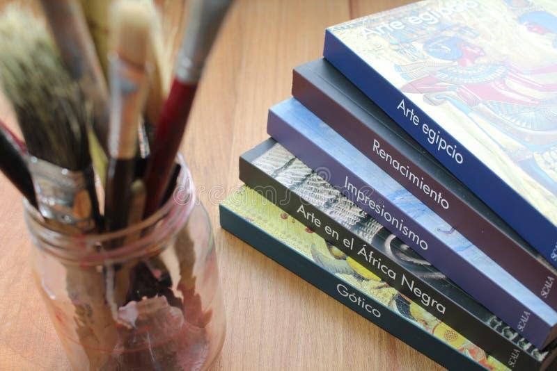 Libros y cepillos foto de archivo