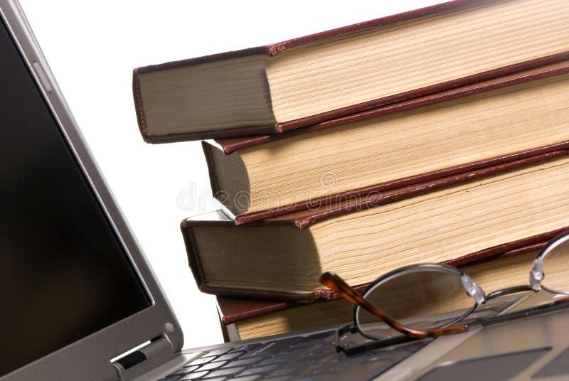 Libros y computadora portátil fotos de archivo libres de regalías
